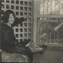 1927 Press Photo Edith Astor poses jail cell sentence - RRY05579
