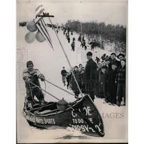 1941 Press Photo Dare devil Dick Boyle canoes on snow in Wisconsin - neo01619