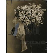 1919 Press Photo Max Schling Florists Bridal Bouquet Daisies - neo06835