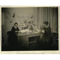 1920 Press Photo Juliana Cutting, Freda Waston & Freda Watson cutting wood