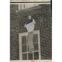 "1962 Press Photo Effigy Labeled ""King John"" Hangs from Window at Univ. of MS"