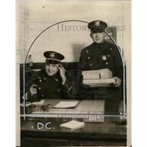 1927 Press Photo Chief Garry Burczifk and Sgt. Harvey Wagnar - neo01686
