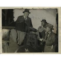 1926 Press Photo Investigator Ben Cohn examines contents of unclaimed auto