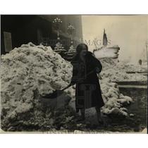 1926 Press Photo Irene Spurgeon Shoveling Snow off Car, Cleveland - neo05557