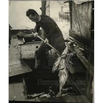 1924 Press Photo Man fishing for Cod - neo07587