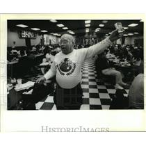 1995 Press Photo Napoleon Room Bingo Hall - Charlie Anderton at Bingo Game