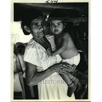 1985 Press Photo Miskito Indian Woman & Child at Nicaraguan Refugee Camp
