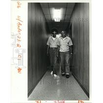 1987 Press Photo Leon Epps with Blind Inmate Alvin Anderson at Angola Prison