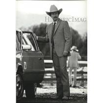 1982 Press Photo Man posing in suit - spa54322