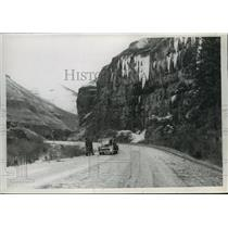 1952 Press Photo Men inspects Cottonwood Idaho Highway - spa51743