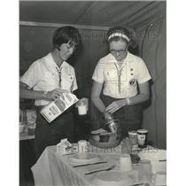 1985 Press Photo Nancy Bray, Patti Bielenberg at Girl Scout Roundup Crane Tent
