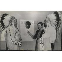 1940 Press Photo Mrs. Harold Ickes with James White at an Indian Art Exhibit