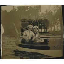 1910 Press Photo Mr. & MRs. Frank Minzey aboatd a boat  - neo13697