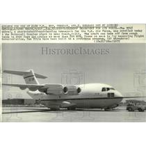 1975 Press Photo The YC-15 transport unveiled at the McDonnell Douglas plant