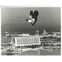 1991 Press Photo Mickey Mouse Balloon soars high-Resort Hotel and Magic Kingdom