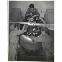 1942 Press Photo Victor Bretti, Bill Batelle, Paul Kersey Tune Engine of Plane