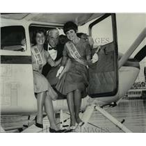 1963 Press Photo Ginnie Tinker, Sheila Bayley enjoy Seattle Seafair air tour