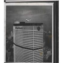 1966 Press Photo A helicopter about to land in the skyport of Pan American bldg