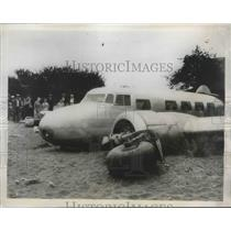 1935 Press Photo Coolness by Pilot R.O. Daniel Spared 10 Passengers in Landing