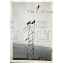 1947 Press Photo Paul Penrose Flying a P-51 Turns the Pylon for Final Lap