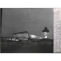 1962 Press Photo Control tower of Dullez International Airport during the night