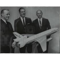 1968 Press Photo David Lewis, George Keck, Gerhard Neumann DC-10 Airbus Model