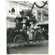 1986 Press Photo Mickey and Minnie Mouse in Magic Kingdom Christmas celebration.