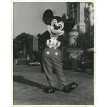 1986 Press Photo Mickey Mouse at Magic Kingdom at Walt Disney World. - spp08375