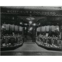 1925 Press Photo Window Display of Weisfeld & Goldberg store - spx18056