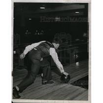 1934 Press Photo Man rolls bowling ball down bowling alley - neny16911