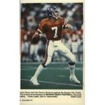 1990 Press Photo John Elway leads the Denver Broncos football team during game