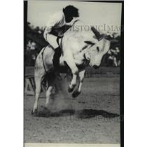 1931 Press Photo Nora Wells riding a Brahma at the Pendleton Round-up