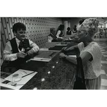 1989 Press Photo Pamela Parker placed first bet at Arlington racetrack
