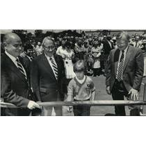 1985 Press Photo Ribbon cutting, Walter and Olive Stiemke Scout Service Center