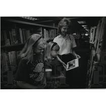 1993 Press Photo Tina Dayne Reading With Her Children at West Allis Library
