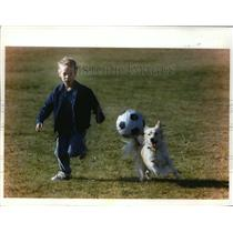 1993 Press Photo Six Year Old Tyler Goralske, of Wales, Playing Soccer With Dog