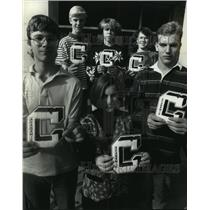 1990 Press Photo Highschoolers are rewarded for academic excellence with letters