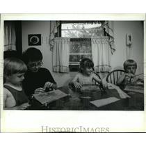 1993 Press Photo Linda, Jason, Karen & Robby Muth setup window pictures