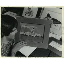 1983 Press Photo Jeff Grennan, Marquette University, & Fred Flintstone Painting