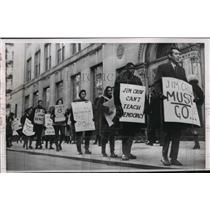 1964 Press Photo Pickets marched in front of Seward Park high school in New York