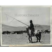 1936 Press Photo Mongolian horseman uses a crude variation of our western lasso