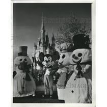 1977 Press Photo Disneyland Mickey Mouse and snowmen - mja74520