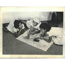 1935 Press Photo Children Consult Map of Ethiopia Point to Where Dad May Be