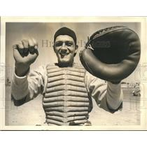 1941 Press Photo Reds catcher Dick West displays his backstopping technique