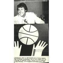 1975 Press Photo Kevin Grevey signs with Washington Bullets basketball team