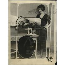 1922 Press Photo Beatrice Barbee Renting baby Scales in Chicago - neo08710