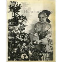 1935 Press Photo Actress Benay Venuta Decorates Christmas Tree - neo09309