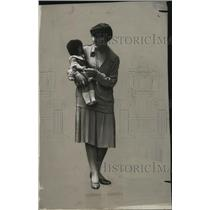 1920 Press Photo Doris with Baby - neo11249