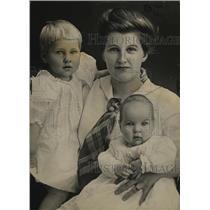 1914 Press Photo Mrs. Albert Dahlstrom, Wife of Helega Cult Leader & Children