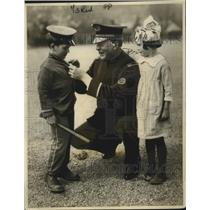 1922 Press Photo Safety 1st champs Lt CG Carr with a boy & Red Cross girl
